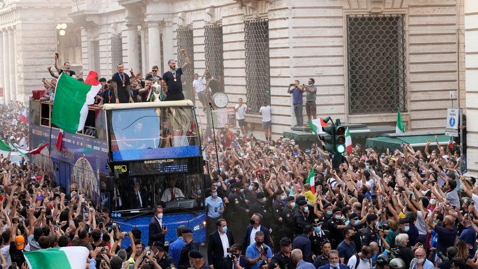 استقبال گرم و پرشور ایتالیاییها از فوتبالیستهای کشورشان + ویدئو